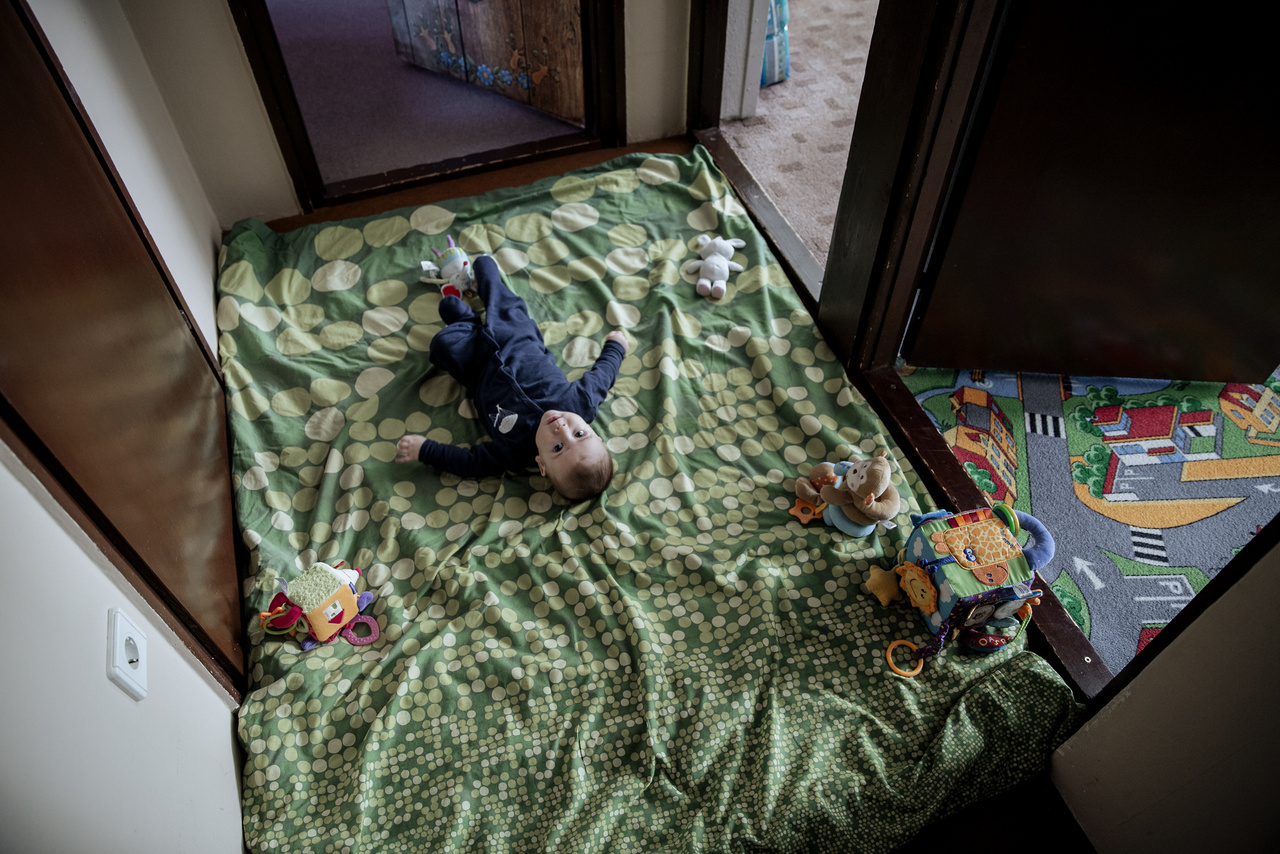 """""""A nagy házban az emelettel oszlik két részre az élettér: fent a húgomék, a földszinten anyuék laknak, a konyhát és a nappalit közösen használják. Itt épp a család legfiatalabb tagja, húgom öt hónapos fia, Donát veszi birtokba az emeleti folyosót."""""""
