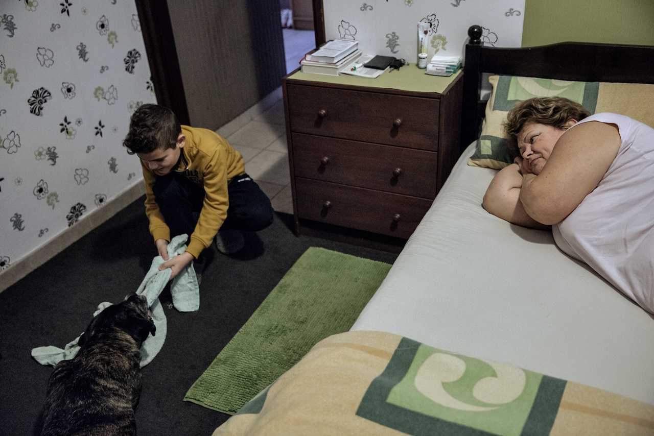 """""""A napi rutin része az is, hogy apu kávéval ébreszti anyut, feltéve, hogy Mia kutya vagy az emeletről előkerülő unokaöcsém nem előzi meg ebben. Amióta a szüleim nyugdíjasok, már nem kell hajnalban kelniük, mint a munkával töltött évek alatt. Anyu néha végre kialhatja magát.""""""""A dédnagymama halála után a dédpapa egészsége romlani kezdett, segítségre szorult, így a közben férjes asszonnyá vált anyám apámmal és az újszülött nővéremmel együtt költözött ki hozzá a házba 1976-ban. Engem ebbe a házba vittek haza születésem után, majd egy válást és egy új házasságot követően a húgomat is. A kis ház mellé épülő kétszintes házat már a nevelőapámmal együtt építette fel édesanyám 1986-ban. A két házat a régi fürdőszobából kialakított garázs köti össze. A fiatalon ácsként dolgozó dédnagyapám még azt megérte, hogy az új épületre tető került – elégedett volt az elkészült munkával –, aztán meghalt. Mi pedig, a három gyerek, anyám és nevelőapám beköltöztünk az új házba, az így megüresedett régibe pedig két évvel később a nagyszüleim költöztek ki a belvárosból. Mi hárman lányok azóta felnőttünk, a nővérem és én már elköltöztünk, de a húgom férjével és két gyerekével a nagy ház emeletén lakik most is."""""""