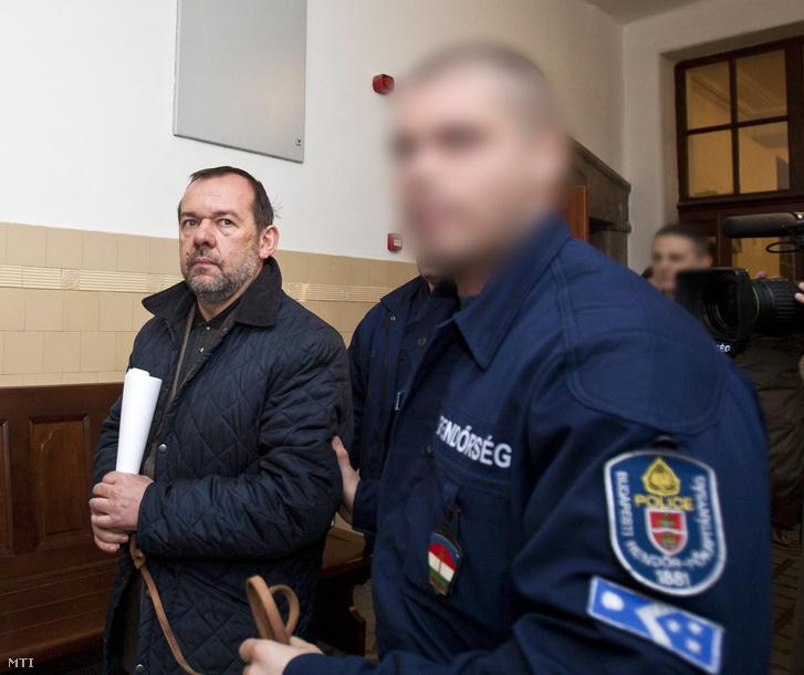 Rendőrök vezetik elő az előzetes letartóztatásról folytatott tárgyalásra a moszkvai kereskedelmi képviselet értékesítése ügyének egyik gyanúsítottját Székely Árpád egykori moszkvai nagykövetet a Pesti Központi Kerületi Bíróság (PKKB) folyosóján.