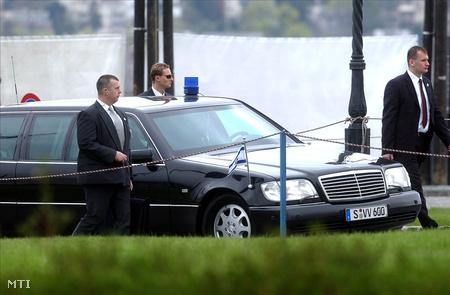 Budapestre látogató államfőt kísérnek a kormányőrök
