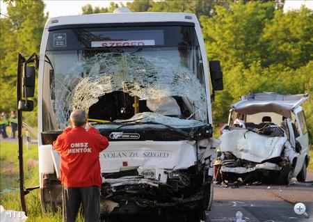Heten meghaltak, tíz ember pedig megsérült, amikor összeütközött egy rendőröket szállító busz egy mikrobusszal