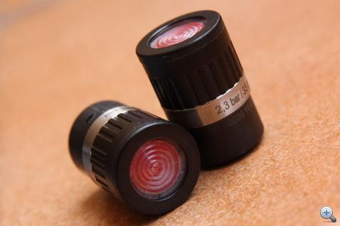 A nyomásjelzős szelepsapkákat adott nyomásértékre kalibrálják, ha ez alá megy a nyomás, a teteje pirosra vált