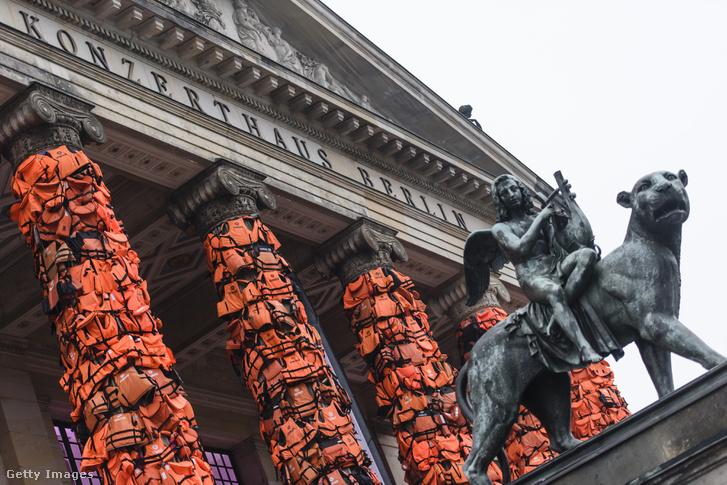 A mentőmellénnyel beborított berlini Konzerthaus