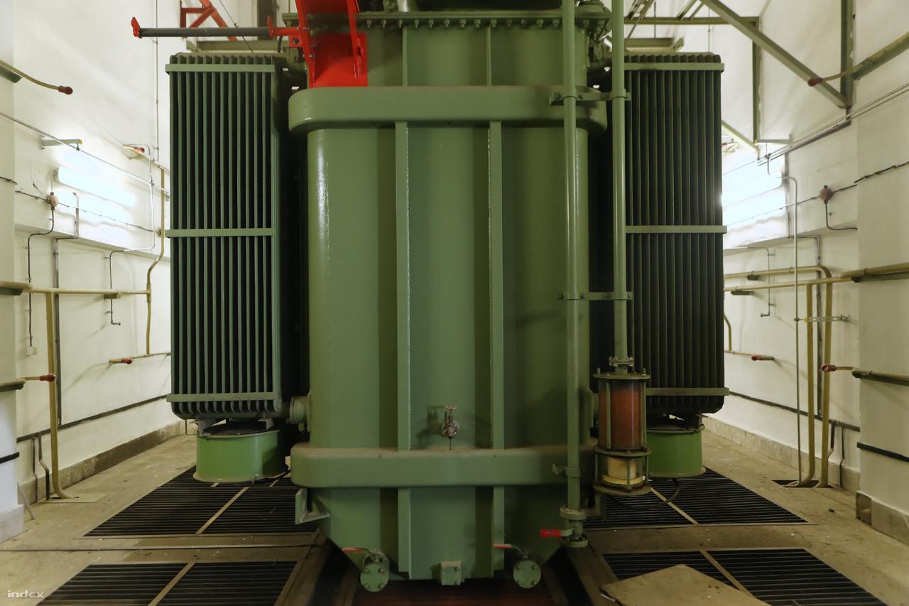 A trafóházban három (A, B és C betűjelű), egyenként 40 megawattos Ganz transzformátor alakítja át a bejövő magasfeszültségű áramot az alacsonyabb szintű hálózatok számára. Egy ilyen szerkezet 65 tonnát nyom, működéséhez 15 tonna olaj szükséges.