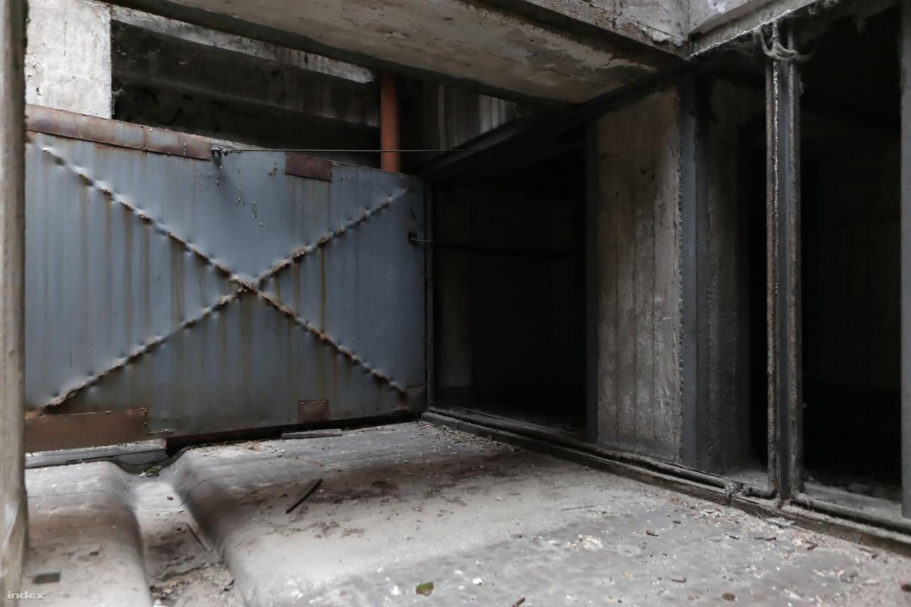 A transzformátorok alatt, a pinceszinten hatalmas, automatikusan záródó vasajtók zárják le légmentesen az épületet, ha netán tűz ütne ki. Műszaki hiba esetén ugyanerre a szintre, a kármentő pincébe folyna a transzformátorokból az olaj.