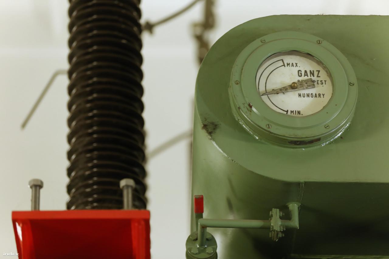 A magyar gyártmányú, olajszigeteléses, háromfázisú transzformátorok 1982-ben épültek, legutóbb 2008-ban voltak felújítva. A tűzveszélyes (olaj+elektromos zárlat) szerkezetekre szén-doixidos oltórendszer vigyáz.