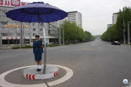 Phenjanban, a forgalmas utcán, ahol rendőrnők irányítják a forgalmat