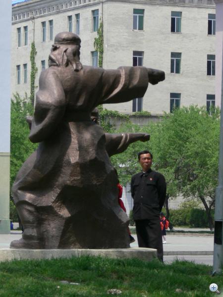 Phenjan, a szobrok mutatják az utat egy helyi lakosnak