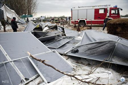 Hatalmas vihar csapott le péntek délután Mezőhegyesre. Diónagyságú jég hullott, a szél teljes házsorokon vitte el a tetőket