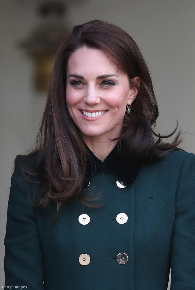 Szent Patrik napja alkalmából a királyné zöld Catherine Walker-kabátban érkezett a találkozóra, de nem csak ezt kellett begyömöszölnie a bőröndjébe