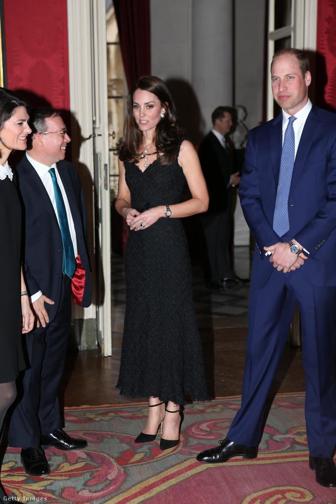 Aztán hamarosan a brit nagykövettel, Edward Llevellyn-nel is találkozni kellett, az ő rezidenciáján pedig meleg volt, úgyhogy lekerült a kabát.