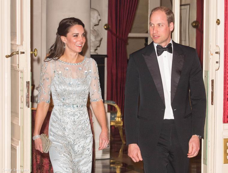 És hát persze megint át kellett öltözni az esti  vacsorához, amit szintén a nagykövet rezidenciáján fogyasztottak el