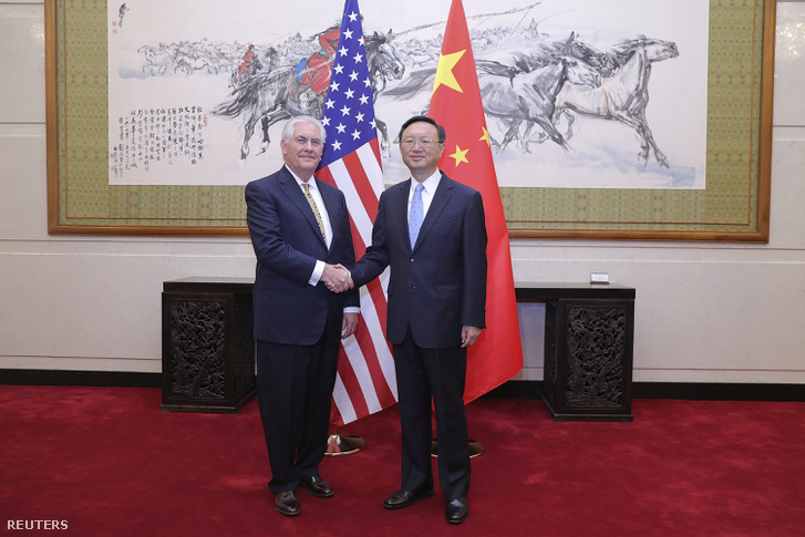 Rex Tillerson amerikai külügyminiszter és kínai kollégája, Vang Ji a pekingi tárgyalások utáni sajtókonferencián