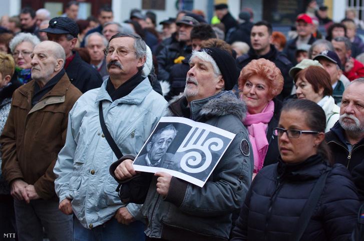 Szimpatizánsok Jordán Tamás mellett tüntetnek a szombathelyi városháza elõtt 2017. március 2-án