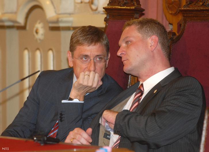 Szeged 2008. július 3.: Gyurcsány Ferenc miniszterelnök Botka László polgármester társaságában a csongrádi megyeszékhelyen a szegedi elektromos tömegközlekedés fejlesztését bemutató tájékoztatón.