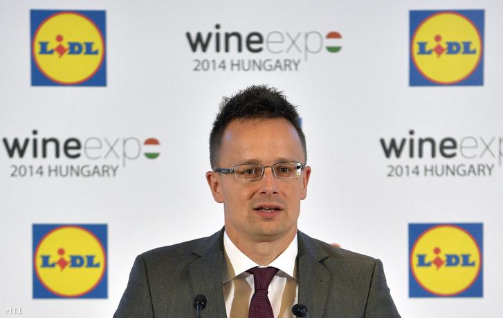 Szijjártó Péter a Lidl Magyarország Wine Expo 2014 Hungary sajtótájékoztatóján 2014. június 17-én. Hét magyar borrégió 130 borászata mutatkozott be a Lidl cseh, lengyel és szlovák képviselőinek hogy minél több magyar bor váljon elérhetővé a három ország Lidl üzleteiben.