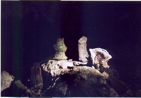 Török kori mázas gyertyatartó-darab és állati csontmaradványok