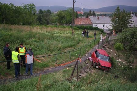 A rendőrök kilencven kilométeren keresztül követték a gépkocsit, ami Kislődnél balesetet szenvedett, a sofőr pedig kizuhant az autóból (Fotó: Penovác Károly/Veszprém Megyei Napló/vasnepe.hu)