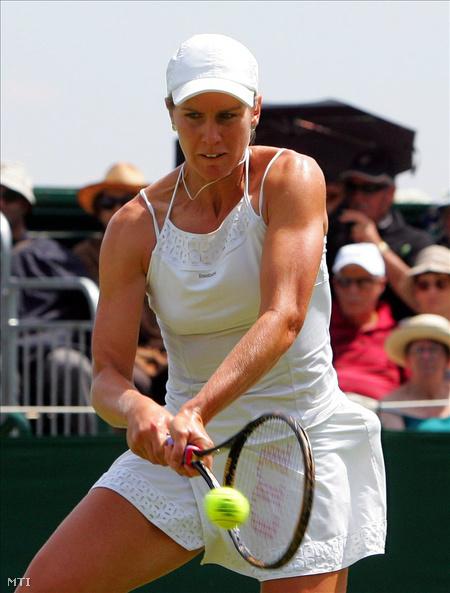 Arn Gréta visszaüti az ausztrál Alicia Molik labdáját az angol nemzetközi teniszbajnokság női egyesének második fordulójában Wimbledonban 2010. június 23-án. (Fotó: Geoff Caddick)