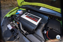 350 Nm a nyomatéka, ezzel már nem ellenfél egy dízel sem, már csak azért is, mert a végtelenségig kipörgethető