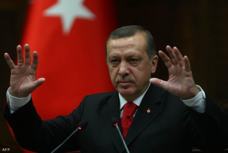 Törökország soha nem fog fegyvert használni Líbiában, jelentette be Tayyip Erdogan török miniszterelnök, aki szerint a hadműveleteket az ENSZ-nek kellene vezényelnie