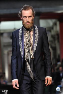 Roberto Cavalli - egy szakállas modell próbálja ápolt férfi benyomását kelteni