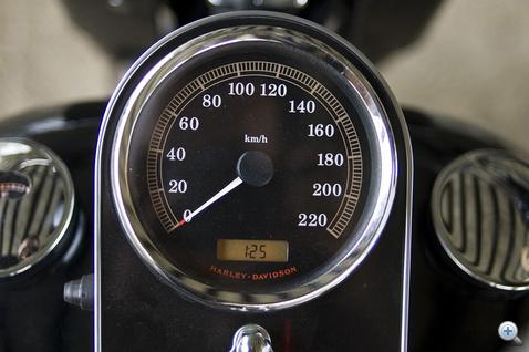 A kvarcóra a benzinnel még megtehető kilométereket is mutatja