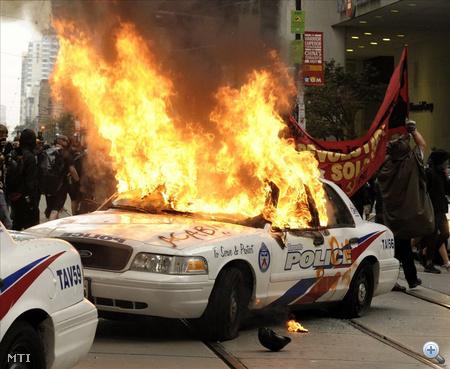 Felgyújtott rendőrautó