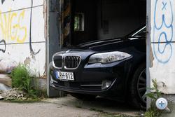 Ekkora vese messze nem kell hozzá, hogy felismerjük, ez egy BMW. Szerintem inkább a szükség (és a nagy V8 hűtése) szülte, mint a formaterv