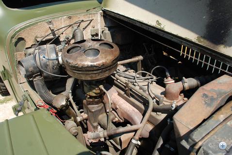 Soros, hathengeres motor. Azért ilyen fura a hengerfeje, mert oldalt szelepelt