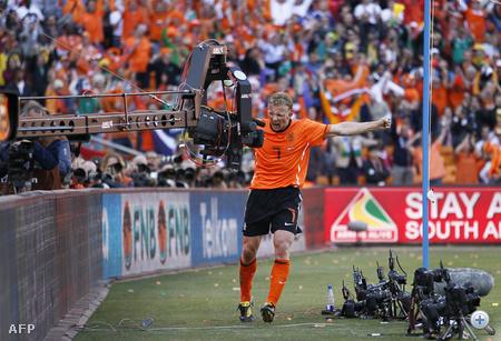 Dirk Kuyt gólt lő és örül