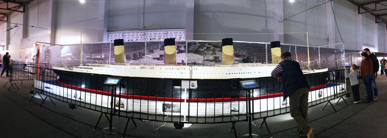 Több mint 500 000 darab kockából épült a kiállítás fő attrakciója. A Lego-Titanic 3 méter magas és 11 méter hosszú, és tele van olyan apró részletekkel, amiket hosszú percekig lehet keresgélni. Egyik oldala nappali viszonyokat mutat be, másik oldala éjszakai kivilágításban mutatja be a drámai sorsú óceánjárót.