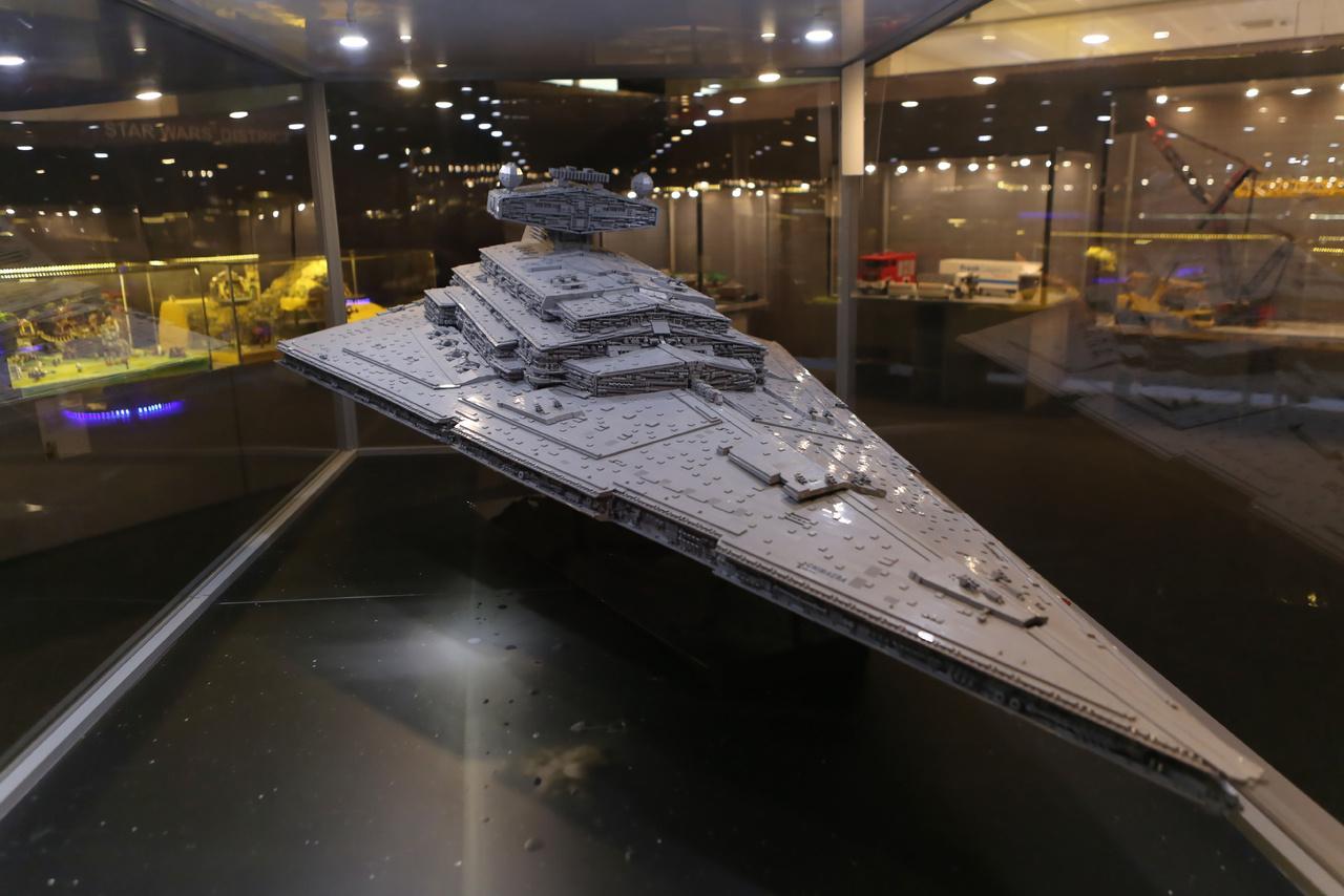 A kiállítás egyik éke a néhány tízezer kockából felépített, kétméteres birodalmi csillagromboló.