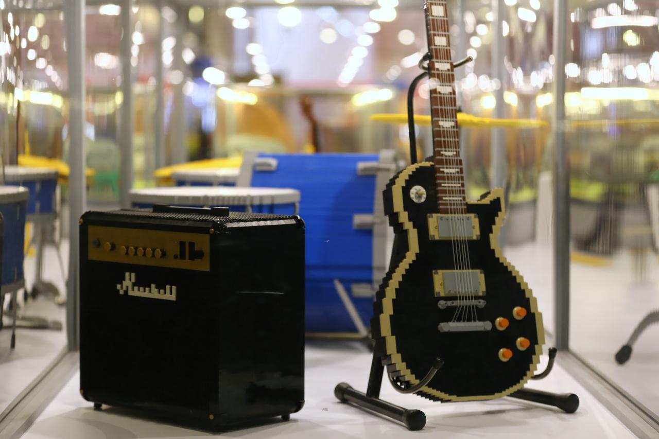 Marshall és Gibson, két emblematikus rockzenei tárgy a hangszeres vitrinben.