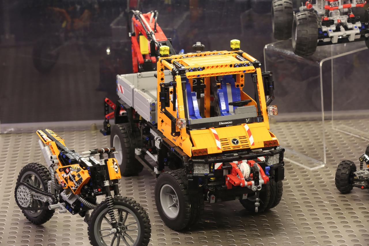 A különleges járművek kedvelői egy Mercedes Unimoog-ot is találhatnak az egyik vitrinben.