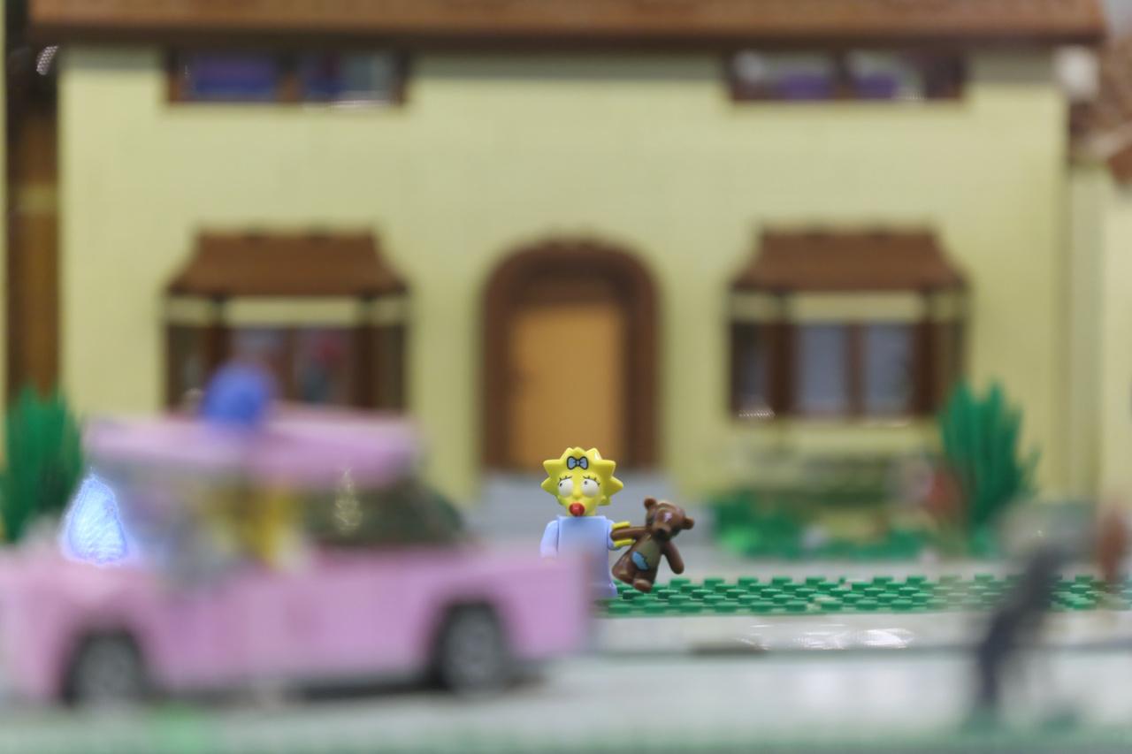 A Simpson-család springfieldi családi házába is betekinthetünk az egyik vitrinben.