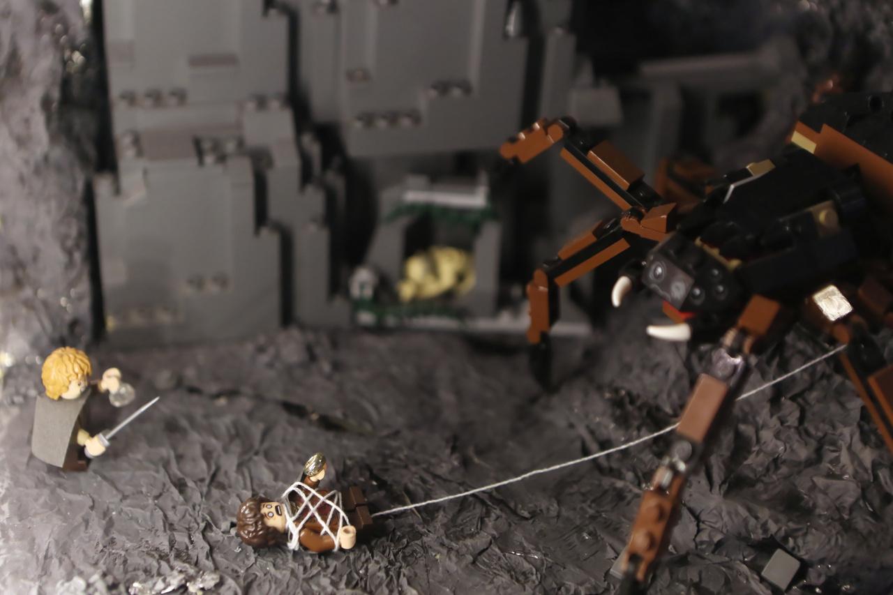 Az óriás pók barlangjában játszódó jelenet a Gyűrűk ura filmtrilógia harmadik részéből, a Király visszatérből.