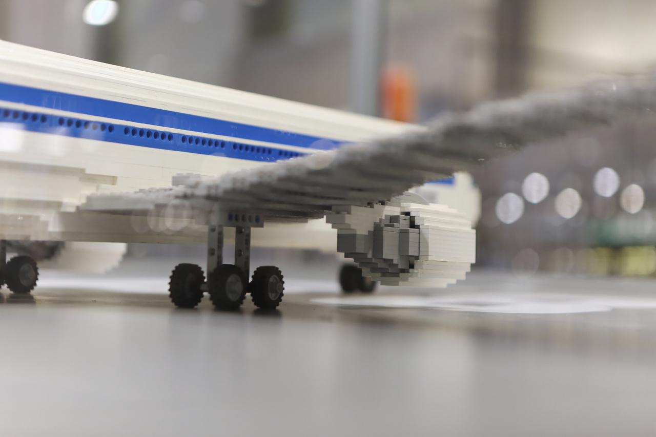7500 kockából épült a lengyel légitársaság (LOT) Boeing 767-300ER repülőgépének makettje. A nevezetes utasszállító kapitánya, Tadeusz Wrona 2011-ben beragadt kerekekkel hajtott végre sikeres kényszerleszállást a varsói Chopin repülőtéren. A fedélzeten lévő 220 utas és a 11 fős személyzet karcolás nélkül megúszta az incidenst.