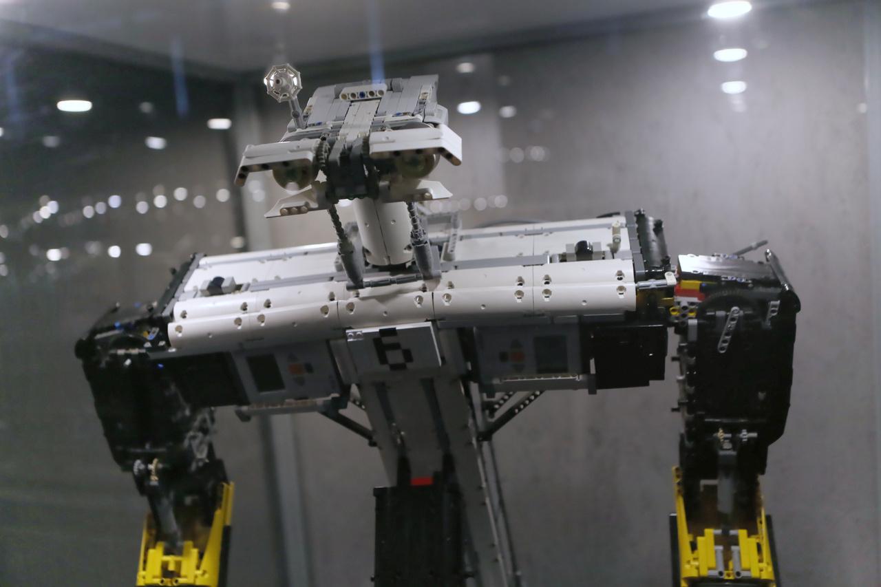 Johhny 6: a Rövidzárlat című amerikai sci-fi film főszereplőjének közeli rokona. Bár csak feleakkora mint a filmbéli robot, de így is a világ legnagyobb, Lego-kockákból épült működőképes robotja. Tömege 15 kilogramm, magassága több mint egy méter.