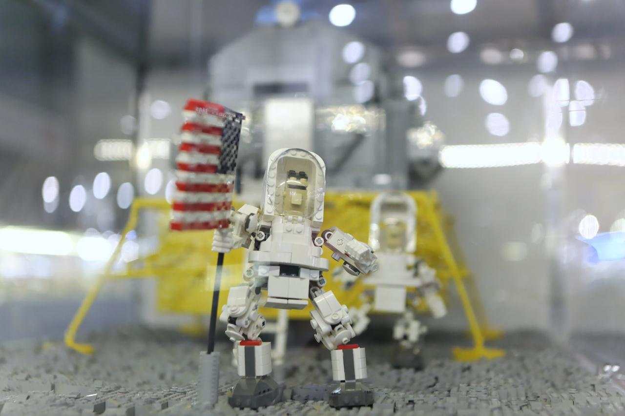 1969. Buzz Aldrin kitűzi az Egyesült Államok zászlaját a Holdra.