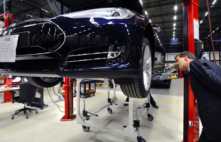 Mark Rutte holland miniszterelnök (2013.) a Hollandiában megnyitott Tesla szerelőüzem avatóján.