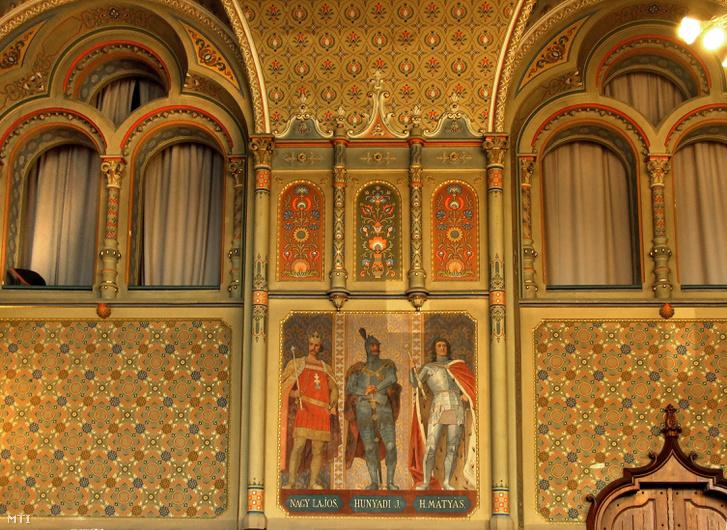 Székely Bertalan 1896-ban alkotott freskója a Városháza mûemlék épületének dísztermében amelyen Nagy Lajos király Hunyadi János hadvezér és Hunyadi Mátyás király látható.