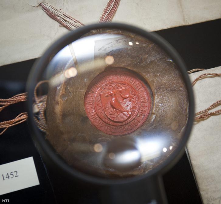 A családi hollós címer Hunyadi János 1452-ben készült kormányzói pecsétjén