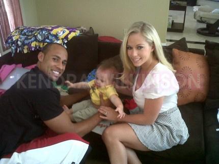 Kendra Wilkinson férjével és fiával