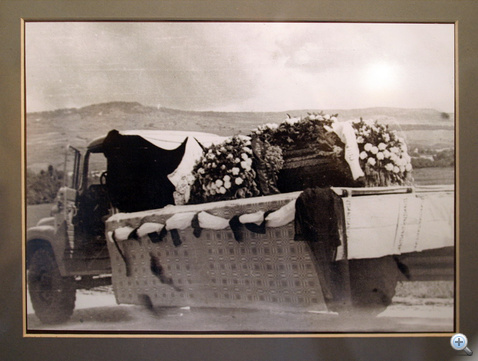 A temetési teherautó Tamási Áron koporsójával