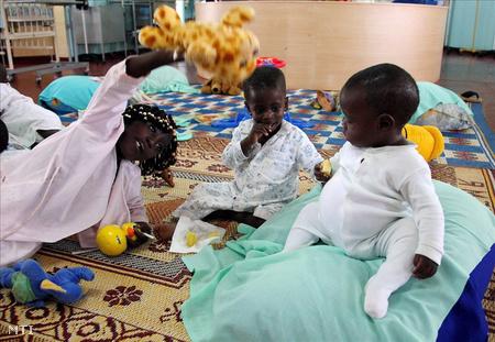 HIV-fertőzött gyerekek játszanak az ugandai főváros, Kampala egyik kórházában