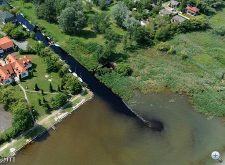 A Berekből szivattyúzott tőzeges, elszíneződött víz folyik a Balatonba