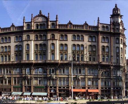 Az egykori Belvárosi Takarékpénztár épülete  és a Jégbüfé a Ferenciek terén