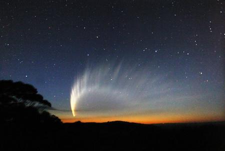 """A McNaught (C/2006 P1) """"üstökösszörnyeteg"""" 2007. január 20-án az ausztráliai Katoomba-ban készített felvételen (Takács I. és társai)."""