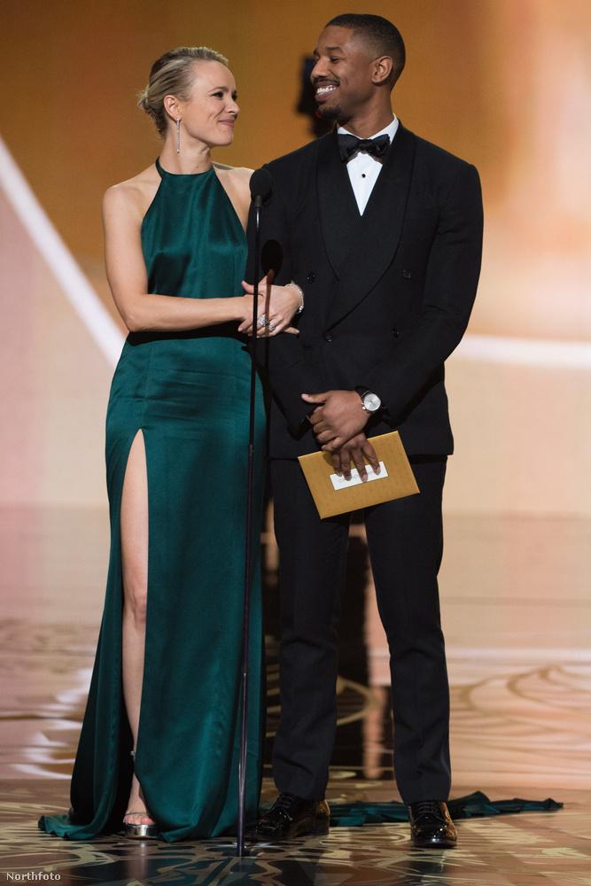 Rachel McAdams se úgy választotta ki az Oscar-díjátadós ruháját, hogy csak benézett a gardróbba, majd kivette ezt az August Getty Atelier darabot.